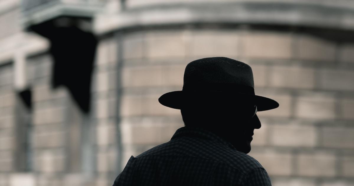 žmogus su skrybėle